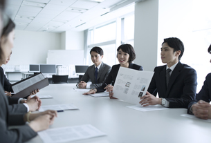 会議中のビジネスマンの写真素材 [FYI02973552]