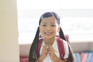 教室でランドセルを背負って笑う女の子の写真素材 [FYI02973557]