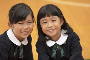 体育館で笑う小学生の女の子2人の写真素材 [FYI02973558]