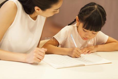 子供の勉強を見る母親の写真素材 [FYI02973559]