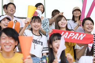 日本戦を観戦する人々の写真素材 [FYI02973563]