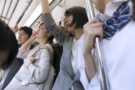 満員電車の車内の写真素材 [FYI02973564]