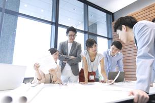 会議中のビジネスマンの写真素材 [FYI02973570]