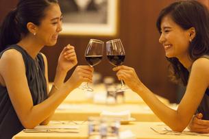 レストランで乾杯する女性2人の写真素材 [FYI02973571]