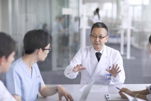 会議中の医師たちの写真素材 [FYI02973573]