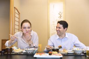 日本料理を食べる外国人の男女の写真素材 [FYI02973576]