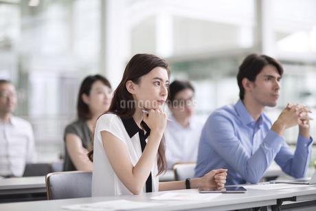 会議中のビジネス女性の写真素材 [FYI02973579]