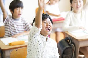授業中に手を上げる小学生たちの写真素材 [FYI02973583]