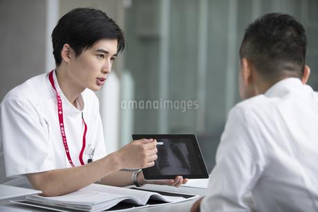 患者に問診をする男性医師の写真素材 [FYI02973584]