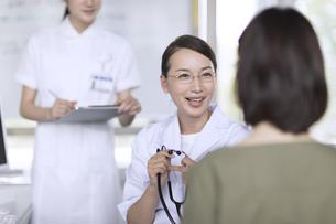 患者に問診をする女性医師の写真素材 [FYI02973585]