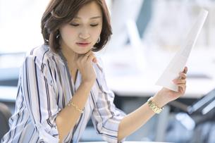 資料を持つビジネス女性の写真素材 [FYI02973588]