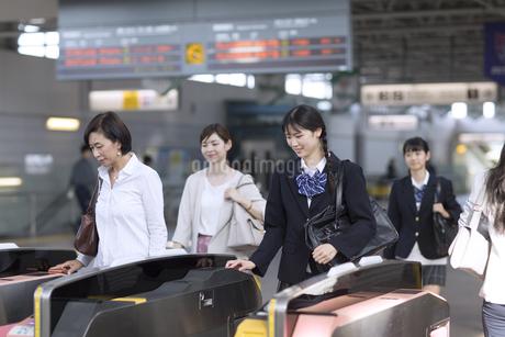 駅の改札を通過する女子高校生の写真素材 [FYI02973596]