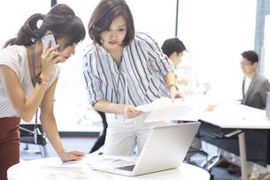 打ち合わせをする2人のビジネス女性の写真素材 [FYI02973604]