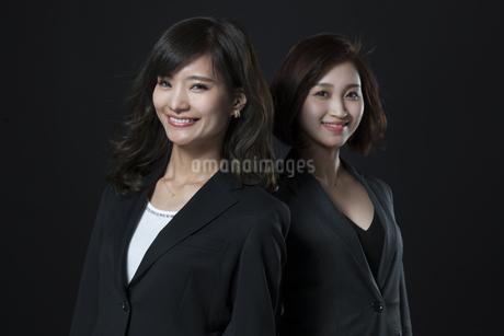 微笑むビジネス女性2人の写真素材 [FYI02973606]