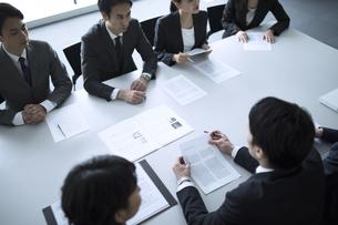 会議中のビジネスマンの写真素材 [FYI02973608]