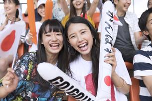日本戦を観戦する女性たちの写真素材 [FYI02973613]