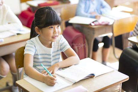 教室で授業を受ける小学生の女の子の写真素材 [FYI02973616]