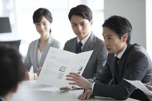 会議中のビジネスマンの写真素材 [FYI02973621]