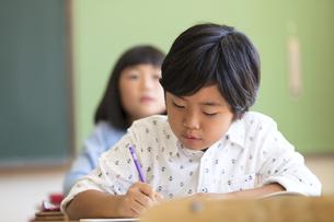 教室で授業を受ける小学生の男の子の写真素材 [FYI02973622]