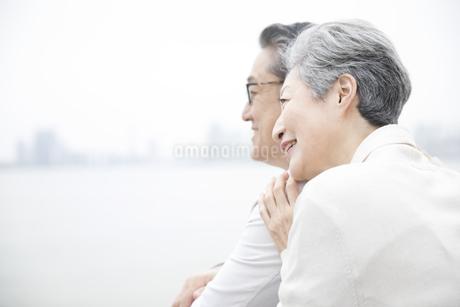 遠くを見るシニア夫婦の写真素材 [FYI02973623]