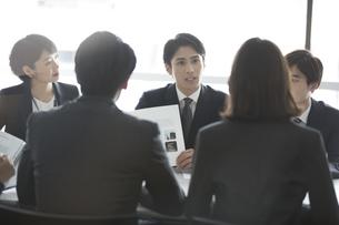 会議中のビジネスマンの写真素材 [FYI02973624]