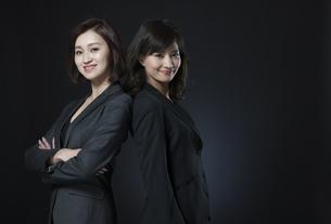 背中を合わせるビジネス女性2人の写真素材 [FYI02973625]