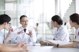 会議中の医師たちの写真素材 [FYI02973626]