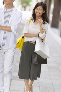 ショッピングを楽しむ男性と女性の写真素材 [FYI02973632]