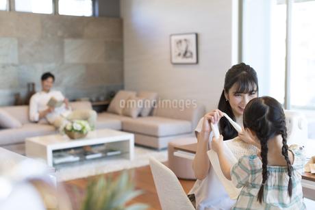 手提げ鞄を見せる母親の写真素材 [FYI02973633]