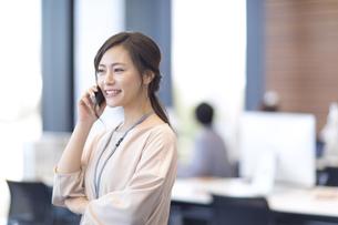 電話をするビジネス女性の写真素材 [FYI02973644]