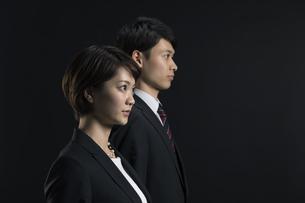遠くを見つめるビジネス男女の横顔の写真素材 [FYI02973650]