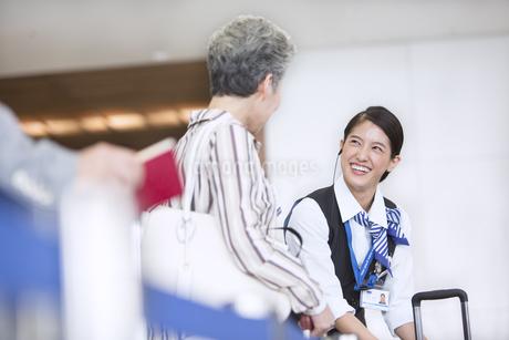 接客をする空港職員の写真素材 [FYI02973652]