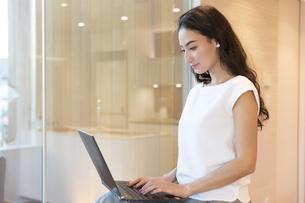 パソコンを操作する女性の写真素材 [FYI02973653]