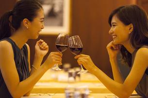レストランで乾杯する女性2人の写真素材 [FYI02973654]