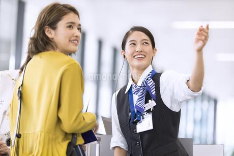 女性を案内する空港職員の写真素材 [FYI02973658]