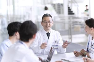 会議中の医師たちの写真素材 [FYI02973663]