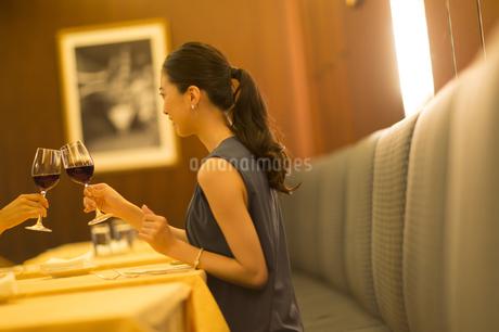 レストランで乾杯する女性の写真素材 [FYI02973664]