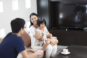 ソファーでくつろぐ家族の写真素材 [FYI02973673]