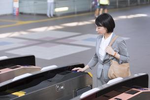 駅の改札を通過するビジネス女性の写真素材 [FYI02973674]