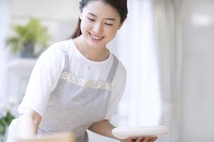 お皿を持つ女性の写真素材 [FYI02973676]