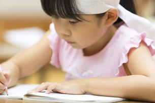 塾の合宿で授業を受ける女の子の写真素材 [FYI02973681]