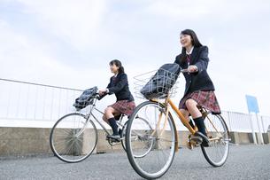 自転車で通学をする女子高校生たちの写真素材 [FYI02973689]