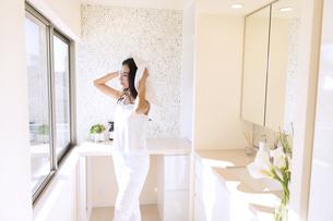 タオルで髪を乾かす女性の写真素材 [FYI02973692]