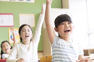 授業中に手を上げる小学生たちの写真素材 [FYI02973694]