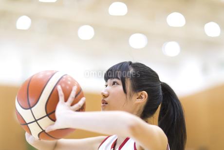 バスケットボールをする女子学生の写真素材 [FYI02973696]