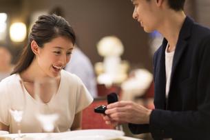 婚約指輪を見て喜ぶ女性の写真素材 [FYI02973697]