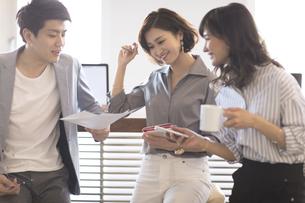 打ち合わせをする3人のビジネス男女の写真素材 [FYI02973699]