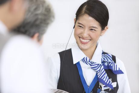 接客を行う空港職員の写真素材 [FYI02973700]