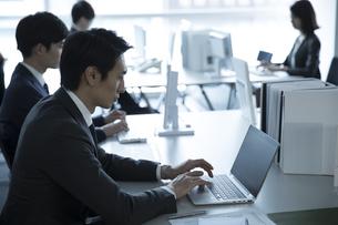 オフィスでパソコンを操作するビジネス男性の写真素材 [FYI02973701]