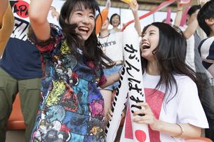 日本戦を観戦する女性たちの写真素材 [FYI02973702]